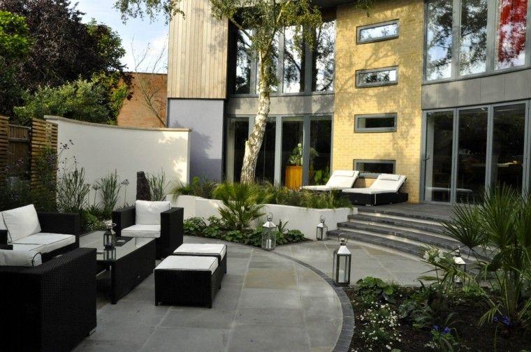 diseno de jardines modernos Sue Townsend pared blanca muebles color negro comodos