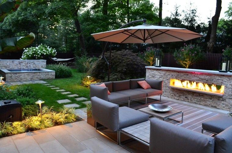 diseño de jardines modernos suelo madera sombrilla agua fuego ideas