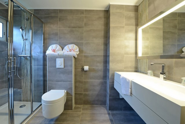 ducha cabina toallas led muebles blancos