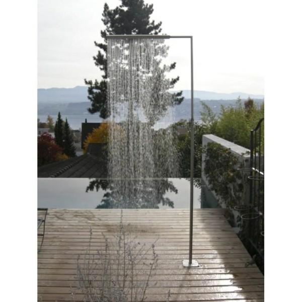 Platos de ducha para el exterior un capricho refrescante for Biombo exterior para jardin