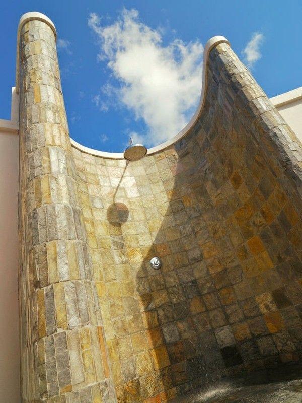 ducha de jardín azulejos beige