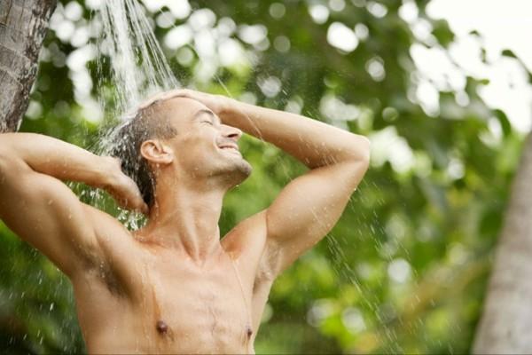 ducha exterior colgada arbol