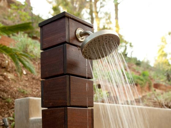ducha exterior madera jardín moderna