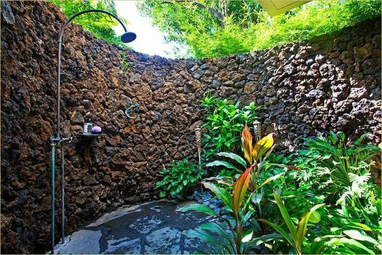 ducha jardín exterior muro piedras