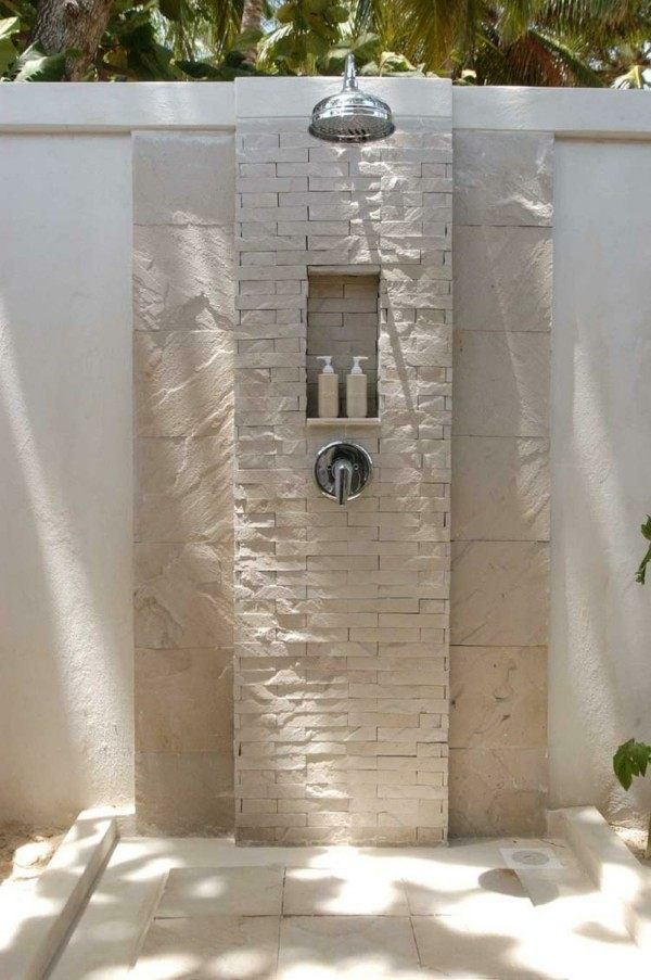 Platos de ducha para el exterior un capricho refrescante for Duchas rusticas piedra