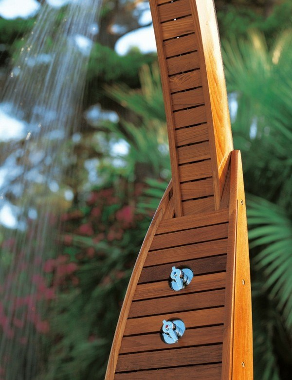 Platos de ducha para el exterior un capricho refrescante for Ducha madera