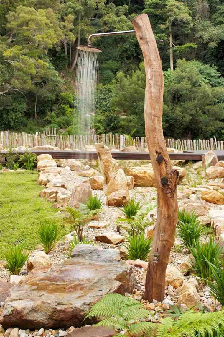 ducha madera tronco patio helechos