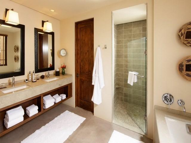 ducha puerta espejos toallas lamparas