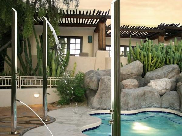 duchas palos metal piscina rocas