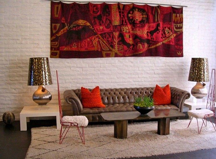 ecleptico salon rojo sofa cojines lamparas
