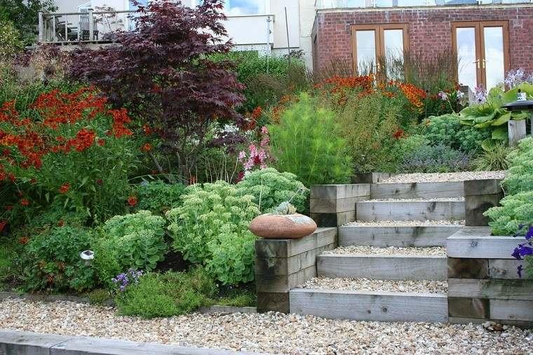 escaleras madera flores naranja plantas