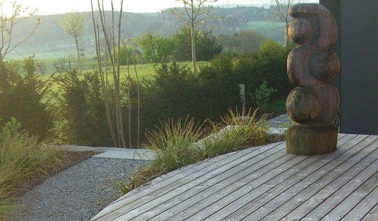 escultura jardin plataforma madera plantas