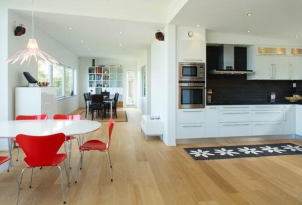 espaciosa cocina sillas rojas metal