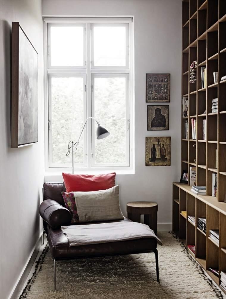estante cuadros madera cojines lampara ventana