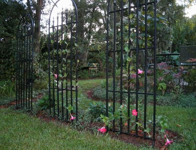 estilo-jardin-rejas-negras-plantas-trepadoras