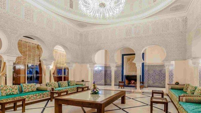estilo marroqui salon amplio colores vibrantes mesa baja ideas