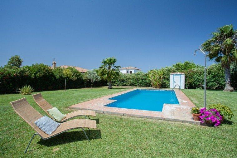 Tumbonas jardin y relax ideas para disfrutar del buen tiempo for Diseno de piscinas para casas de campo