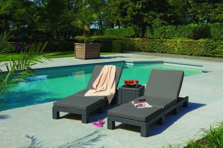 flores patio tumbona toallas piscina