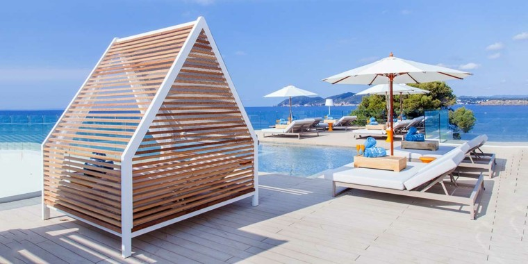 ibiza playa tumbonas toalla pabellon madera