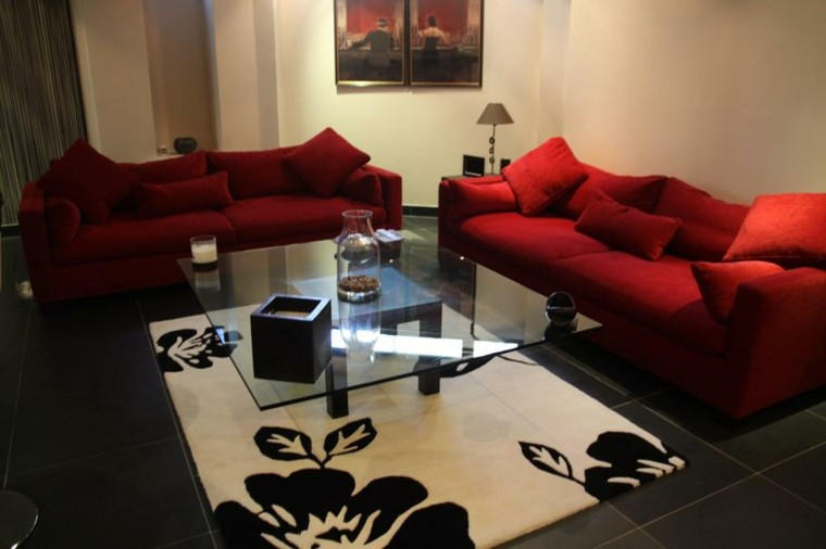 ideas para decorar salones sofa rojo floreado