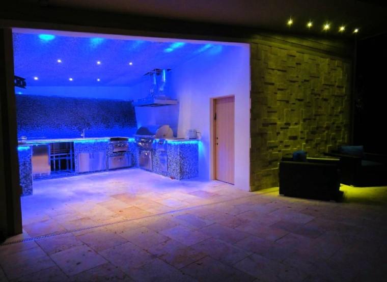 iluminación led rocas sofa cocina azul