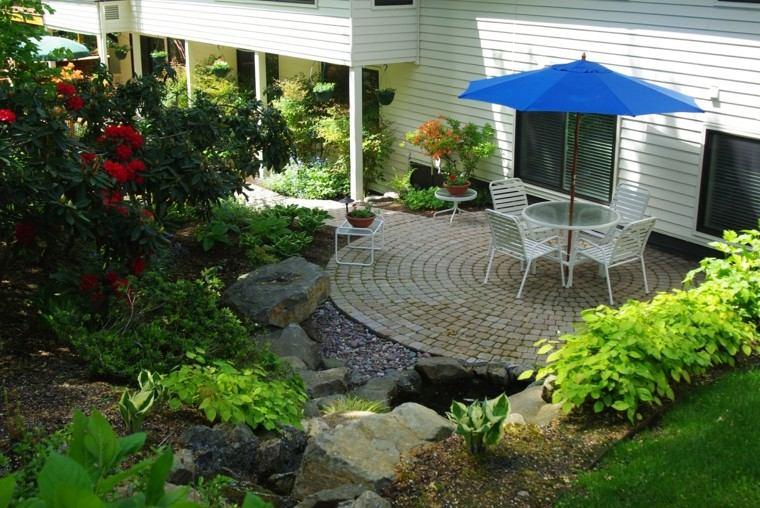 jardin bonito muebles blancos sombrilla azul ideas