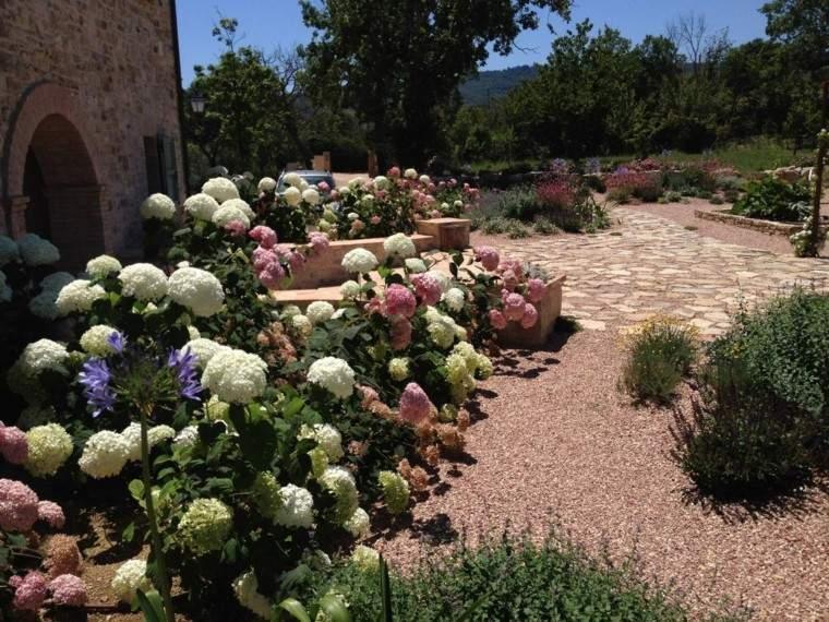 jardin estilo mediterraneo flores distintos colores tierra