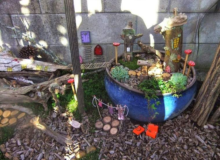 jardin gnomos macetero azul