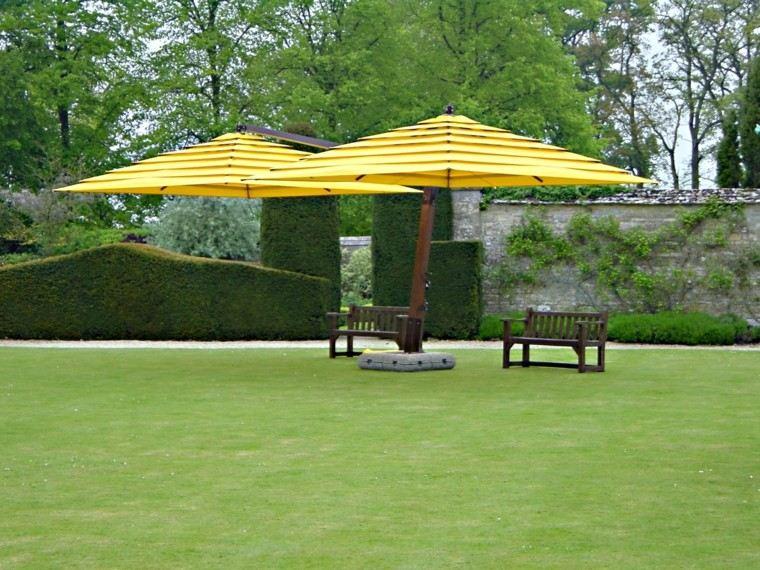 jardin grande espacioso cesped sombrillas amarillas ideas