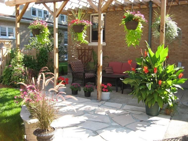 jardin pergola madera macetas colgando