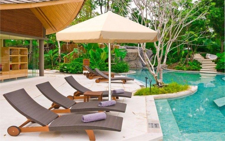 jardin piscina tumbonas sombrilla beige