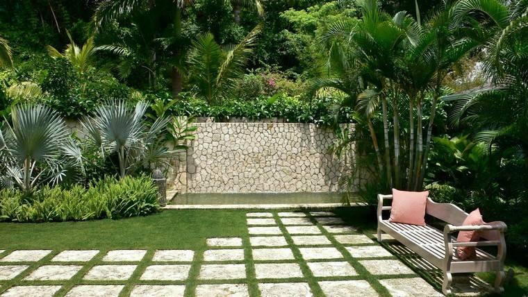 jardin y decoracion banca cojines muro plantas