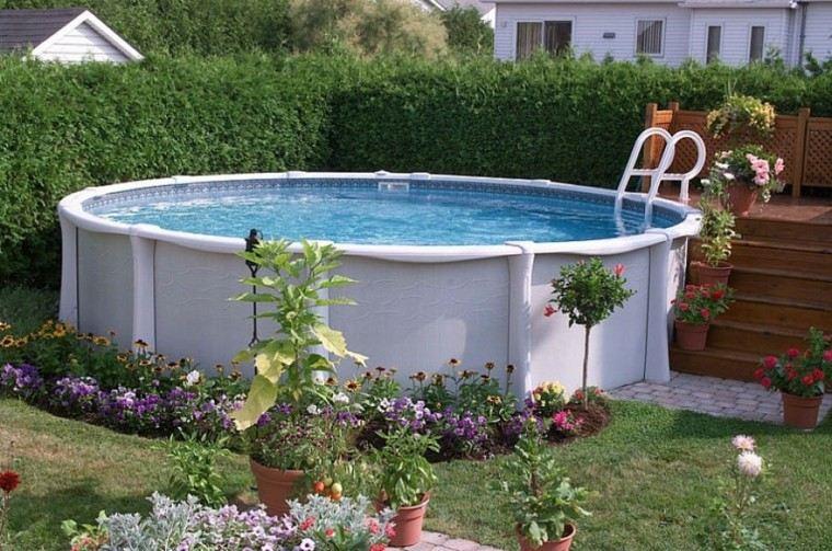 larga piscina escalera cesped flores
