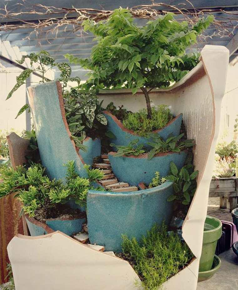 Macetas de barro rotas usadas para decorar - Jardineras de barro ...