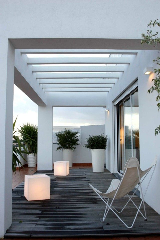 macetas blancas pergola grandes terraza minimalista