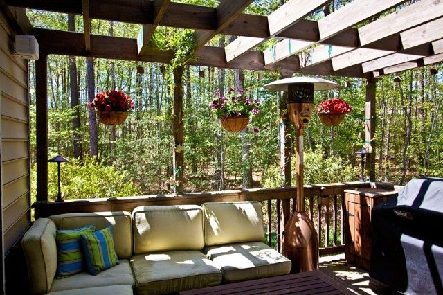 macetas colgantes terraza madera flores moderna
