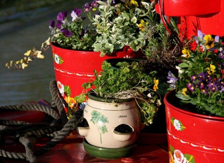 maceteros rojos cubos metal flores