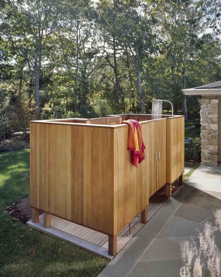 madera exterior ducha cerrada toalla