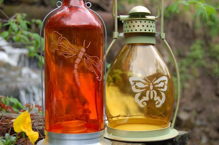 manualidades originales botellas dibujadas farroles mariposa