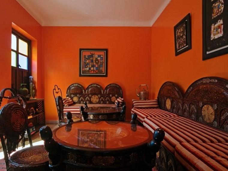 marruecos salon paredes naranja muebles madera narranja