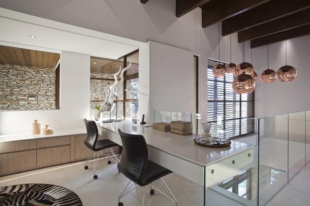 mesa blanca sillas piel marron