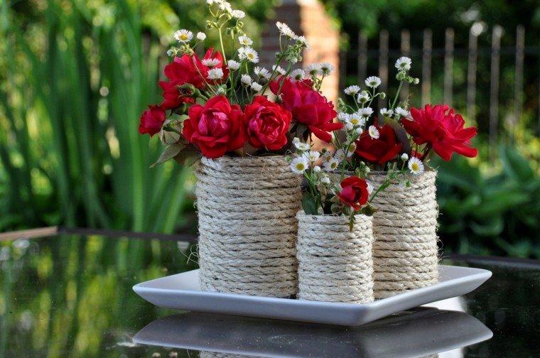 mesa bonita jarrones flores rojas