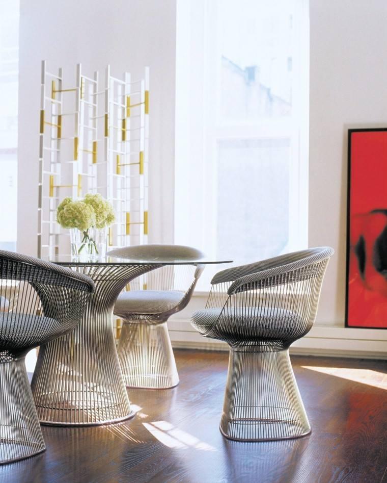 Muebles de comedor con la mesa de vidrio y sillas de colores for Vidrio para mesa de comedor