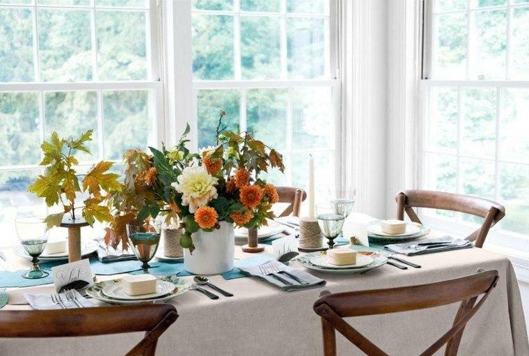 mesa con decoración flores jarron sillas