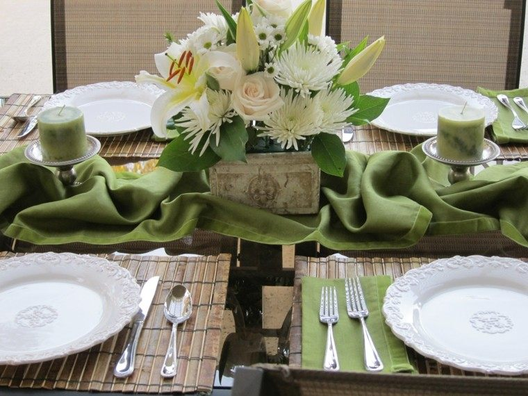 mesa con decoración flores velas verdes