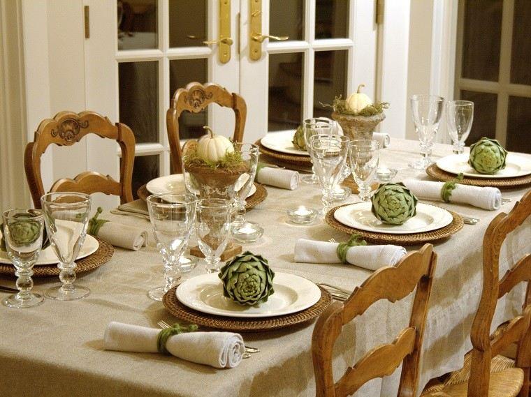 mesa con decoración madera musgo calabaza servilletas