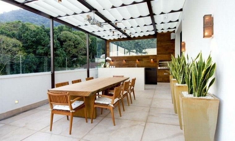 mesa larga madera sillas cojines macetas grandes patio