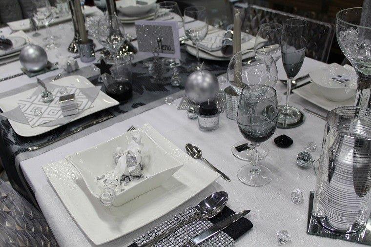 mesa preparada cena esquisita vajilla blanca moderna clasica