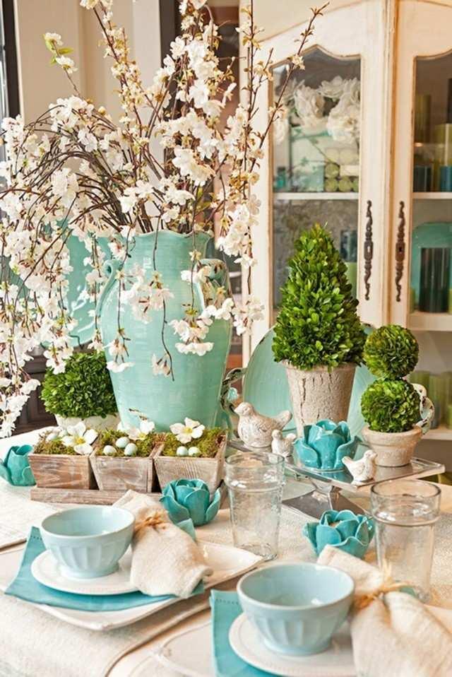 mesa primavera azul claro platos jarron bonito