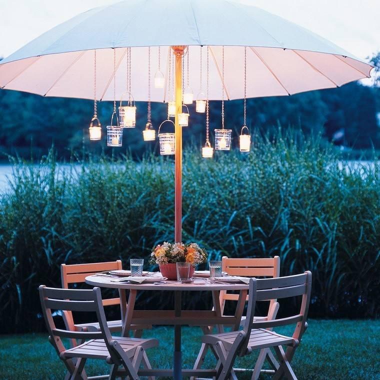 mesa sillas plegables jardin sombrilla velas romántica